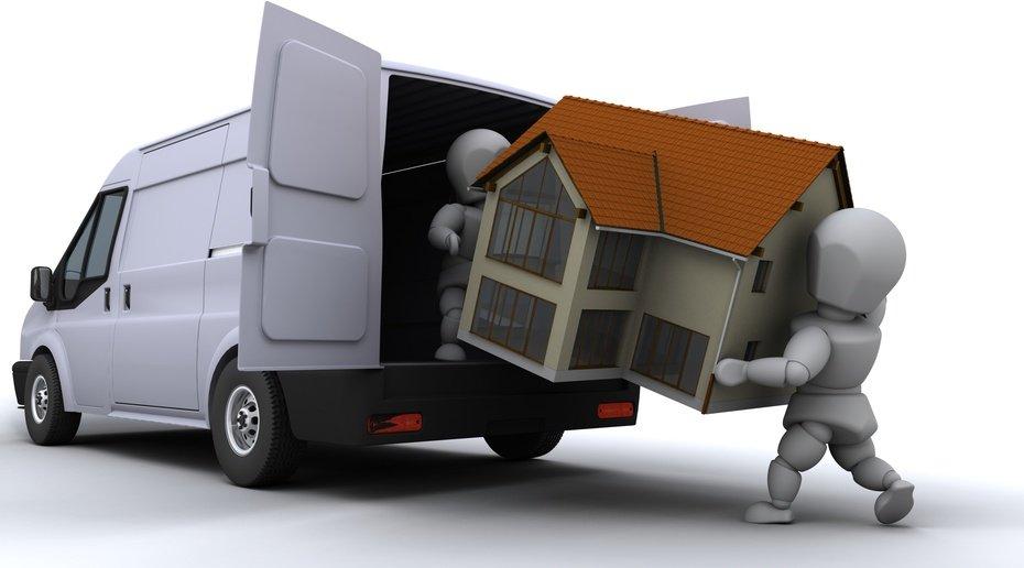 Flyttemænd er ved at læsse en bolig på en lille flyttebus