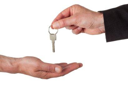 Kunde afleverer nøgle til flyttemanden inden flytning